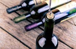 Bottiglia di vino su una tavola di legno immagine stock libera da diritti
