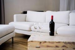 Bottiglia di vino sulla tavola di legno Immagini Stock