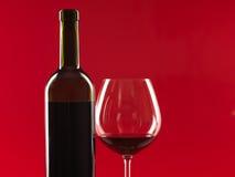 Bottiglia di vino, vetro su priorità bassa rossa Immagini Stock