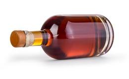 Bottiglia di whiskey su fondo bianco fotografia stock
