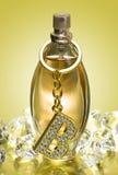 Bottiglia dorata di profumo Immagini Stock Libere da Diritti