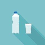 Bottiglia e bicchiere d'acqua di acqua minerale Fotografia Stock