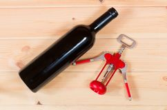 Bottiglia e cavaturaccioli del vino rosso Fotografia Stock