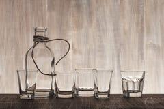 Bottiglia e colpi vuoti sul contatore della barra Fotografie Stock Libere da Diritti