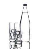 Bottiglia e due vetri fotografia stock