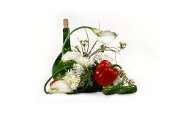 Bottiglia e fiori Fotografie Stock