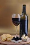 Bottiglia e formaggio di vino Immagini Stock