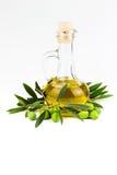 Bottiglia e ramo di ulivo di olio d'oliva isolati su bianco Immagine Stock