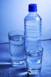 Bottiglia e vetri di acqua fotografia stock libera da diritti