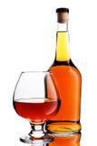 Bottiglia e vetro del cognac fotografia stock