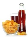Bottiglia e vetro di cola con le patatine fritte Fotografia Stock