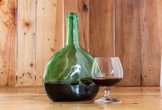 Bottiglia e vetro di vino di natura morta Immagini Stock Libere da Diritti