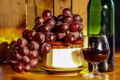 Bottiglia e vetro di vino di natura morta Fotografie Stock Libere da Diritti