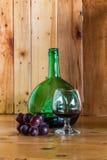 Bottiglia e vetro di vino di natura morta Immagine Stock Libera da Diritti