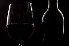 Bottiglia e vetro di vino rosso immagine stock