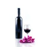 Bottiglia e vetro di vino rosso isolati su priorità bassa bianca immagini stock