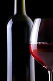 Bottiglia e vetro di vino sul nero Fotografie Stock Libere da Diritti