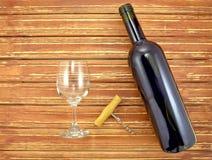 Bottiglia e vetro di vino sulle stecche di legno del fondo Fotografia Stock