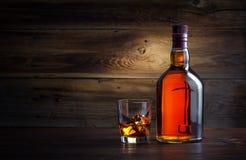 Bottiglia e vetro di whiskey Fotografie Stock Libere da Diritti