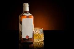 Bottiglia e vetro di whisky Etichetta dello spazio in bianco e di bianco Immagine Stock Libera da Diritti