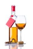 Bottiglia e vino bianco di vetro isolati Immagini Stock