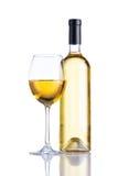 Bottiglia e vino bianco di vetro su fondo bianco Fotografie Stock Libere da Diritti