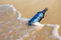 Bottiglia ed onde dell'annata Immagine Stock