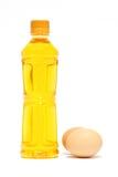 Bottiglia ed uova dell'olio da cucina Immagini Stock