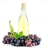 Bottiglia ed uva di vino bianco Fotografie Stock Libere da Diritti