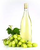 Bottiglia ed uva di vino bianco Immagine Stock