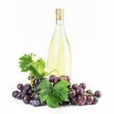 Bottiglia ed uva di vino bianco Fotografia Stock Libera da Diritti
