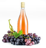 Bottiglia ed uva di vino rosato Immagine Stock Libera da Diritti