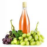 Bottiglia ed uva di vino rosato Fotografia Stock Libera da Diritti