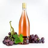 Bottiglia ed uva di vino rosato Immagini Stock Libere da Diritti