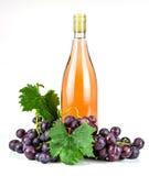 Bottiglia ed uva di vino rosato Immagini Stock