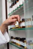 Bottiglia femminile della medicina della tenuta della mano dei farmacisti Immagine Stock Libera da Diritti