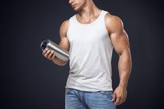 Bottiglia maschio di scossa della proteina della tenuta di forma fisica muscolare Fotografia Stock Libera da Diritti