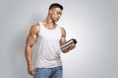 Bottiglia maschio di scossa della proteina della tenuta di forma fisica muscolare Fotografie Stock Libere da Diritti