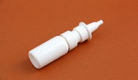 Bottiglia nasale, fondo marrone dello spruzzo della medicina Fotografie Stock Libere da Diritti