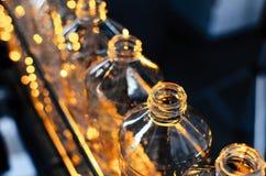 Bottiglia Produzione industriale delle bottiglie di plastica dell'animale domestico Linea della fabbrica per le bottiglie fabbric immagine stock