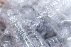 Bottiglia Produzione industriale delle bottiglie di plastica dell'animale domestico Linea della fabbrica per le bottiglie fabbric fotografia stock libera da diritti