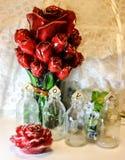 bottiglia rosa della decorazione di saluto del biglietto di S. Valentino di amore fotografia stock