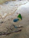 Bottiglia rotta alla spiaggia Immagine Stock