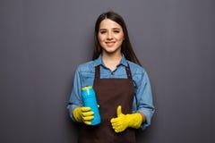 Bottiglia sorridente della tenuta della donna di chimica per fare piazza pulita Fotografia Stock Libera da Diritti