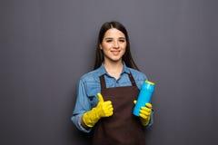 Bottiglia sorridente della tenuta della donna di chimica per fare piazza pulita Immagini Stock Libere da Diritti