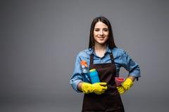 Bottiglia sorridente della tenuta della donna di chimica per fare piazza pulita Ritratto isolato Fotografie Stock Libere da Diritti