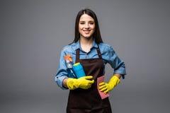 Bottiglia sorridente della tenuta della donna di chimica per fare piazza pulita Ritratto isolato Fotografia Stock