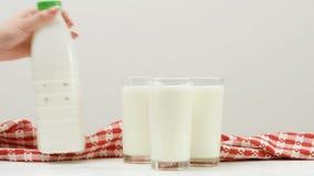 Bottiglia tre benefici sani della latteria del latte di vetro video d archivio