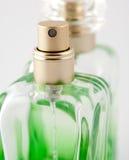 Bottiglia verde di profumo immagini stock libere da diritti