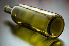 Bottiglia verde sulla tavola Fotografia Stock Libera da Diritti